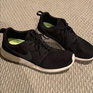 HP🎉NIKE Roshe Black shoe black swoosh men size 9